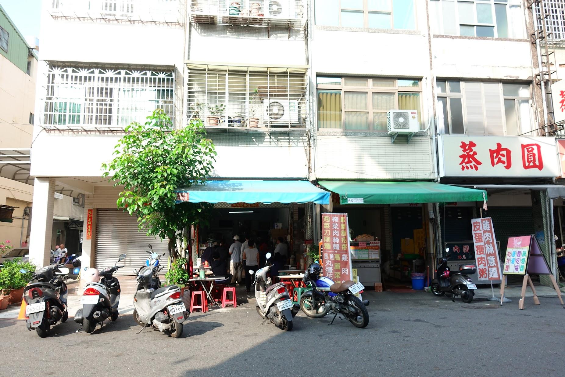 """在嫩江街上這一家""""藍鯨早餐""""生意很好喔! 不過沒有顯著招牌,經過了好幾次,確認這家排隊的就是這次要吃的早餐!"""