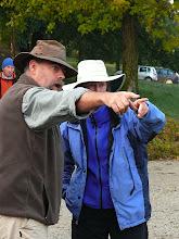 Photo: Carlo mostra a Becky dove si svolgeranno i corsi