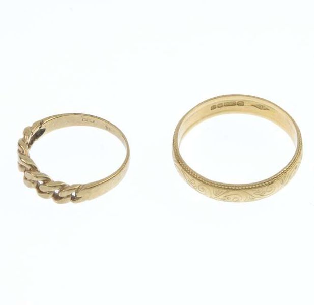 617px-An_18ct_gold_band_ring_and_a_9ct_gold_dress_ring._Fellows-1435-397-3.jpg