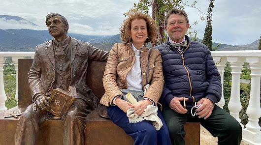 Juan Ronda y su esposa, Amalia Sánchez, junto a la escultura de Villaespesa.
