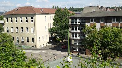 Photo: Fichte-Gymnasium und Hedwigsheim; dazwischen die Goldbergstraße.