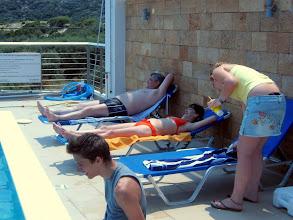 Photo: Siesta a medence mellett