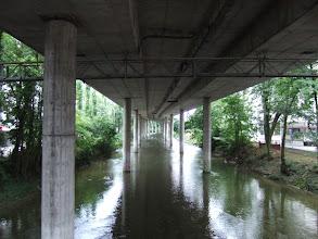 Photo: Дорога идет прямо над небольшой речкой. С обоих сторон речки - дорожки для бега и велосипедов.