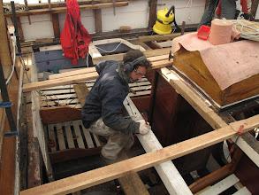Photo: Thomas trace l'emplacement des premières lames de pont sur le bateau. Il ne faut pas se tromper car toutes les autres seront calées dessus.