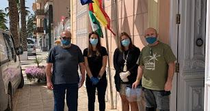 Empresarios del municipio recogiendo su material sanitario en las oficinas municipales.