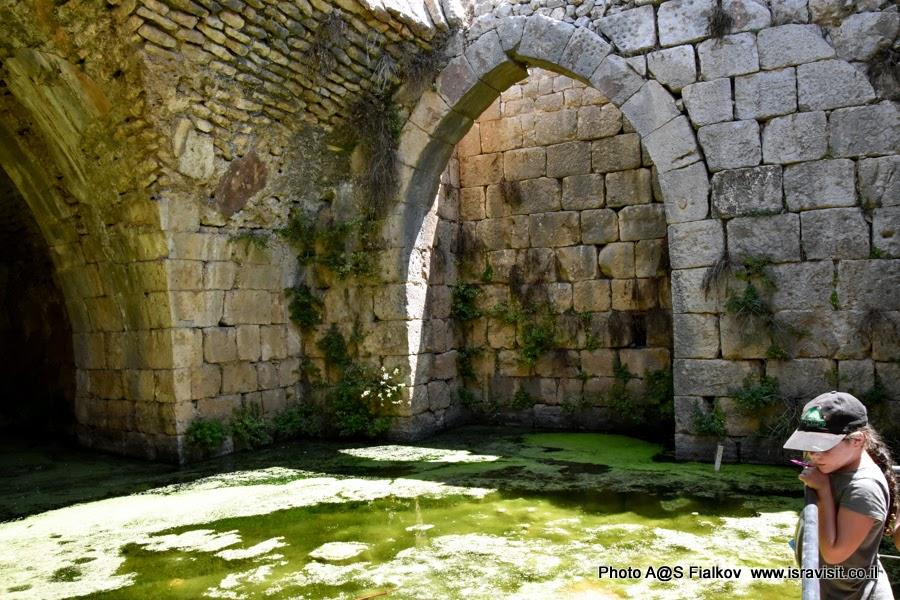 Крепость Нимрод - водяная цистерна. На экскурсии по Галилее.