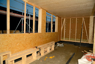 Photo: 06-11-2012 © ervanofoto Tegen zonsondergang ligt al een deel van het dak op het gebouw.