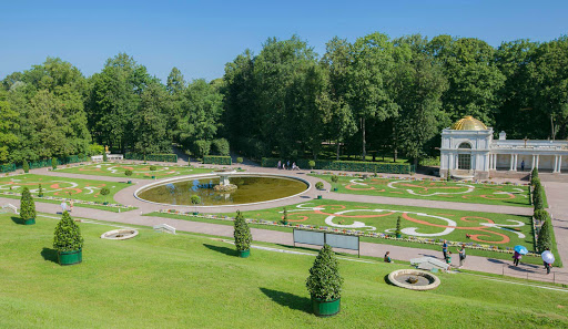 Peterhof-Palace-gardens.jpg - The well-manicured gardens of Peterhof Palace.
