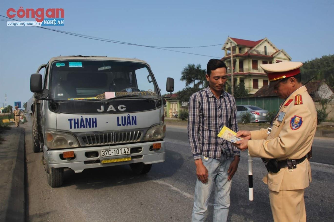 Lực lượng CSGT Công an Nghệ An tăng cường kiểm tra, xử lý các trường hợp vi phạm