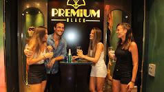 Jaime Astrain, imagen de Premium Black, junto a las hermanas Raisa, Teiga y Laura Carretero.