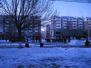 Photo: A scene of busy students route by bus for their school. 雪中即景:忙碌的学生。