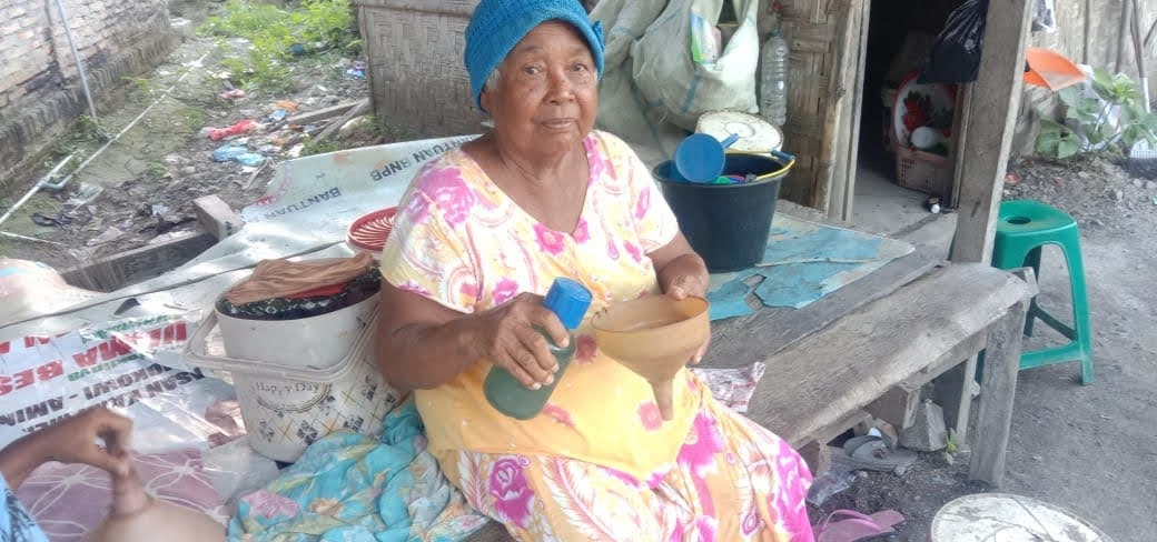 Seorang Nenek Ingin Cucunya Bahagia, Rela Jualan Minyak Eceran Dari Subuh Sampai Petang