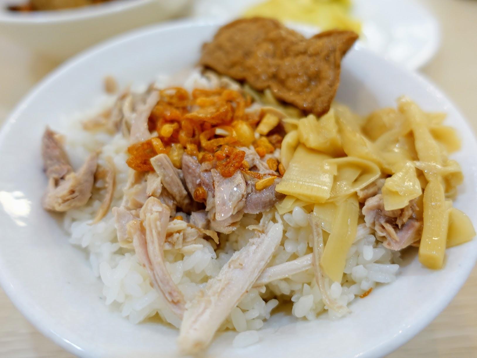 這是雞肉飯,上面有油豆腐/筍乾,雞肉飯上面還有一點油蔥酥,湯汁算多,吃起來還蠻有味道的