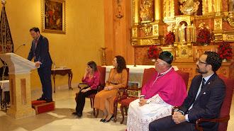 El pregonero, su presentadora, la hermana mayor, el consiliario y el presidente de la Agrupación.