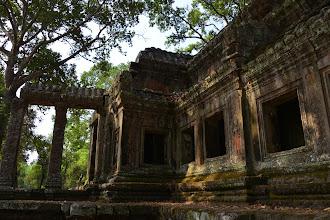 """Photo: 11- Le """"temple-ville"""" d'Angkor Vat date du 12ème siècle. S'étalant sur 200 ha, il est le plus vaste édifice religieux du monde. Il comprend trois enceintes circulaires que l'on pouvait ou non traverser, selon son rang social. Ici l'entrée sud (il y e a une par points cardinaux). Elle est autant destinée à contrôler les entrées qu'à exhiber la puissance du souverain."""
