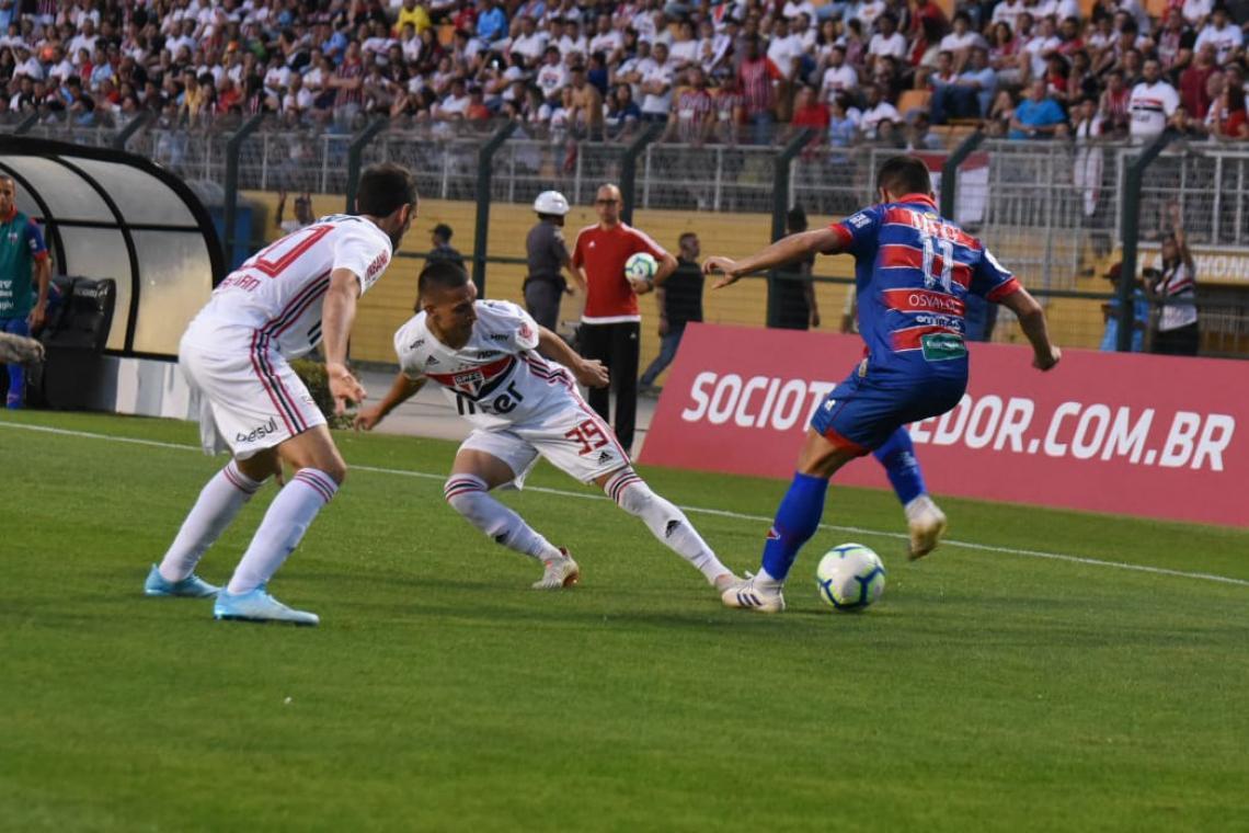 Uma imagem contendo grama, pessoa, campo, futebol  Descrição gerada automaticamente