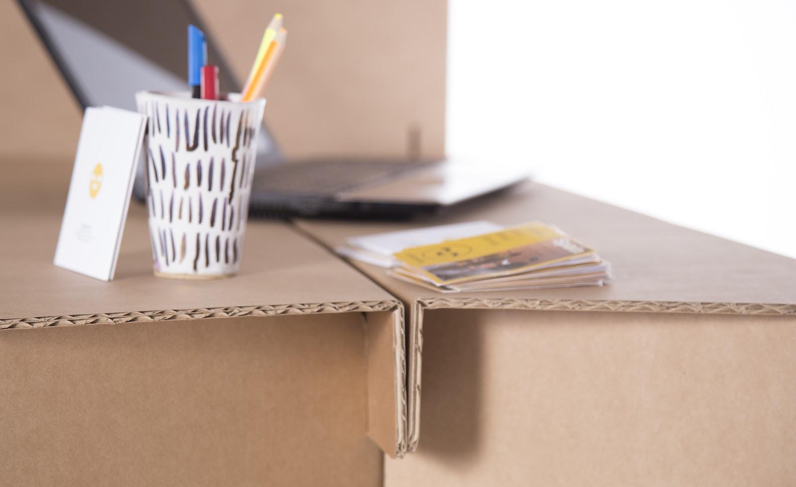 Detalle mostrador con un tipo de cartón ondulado.