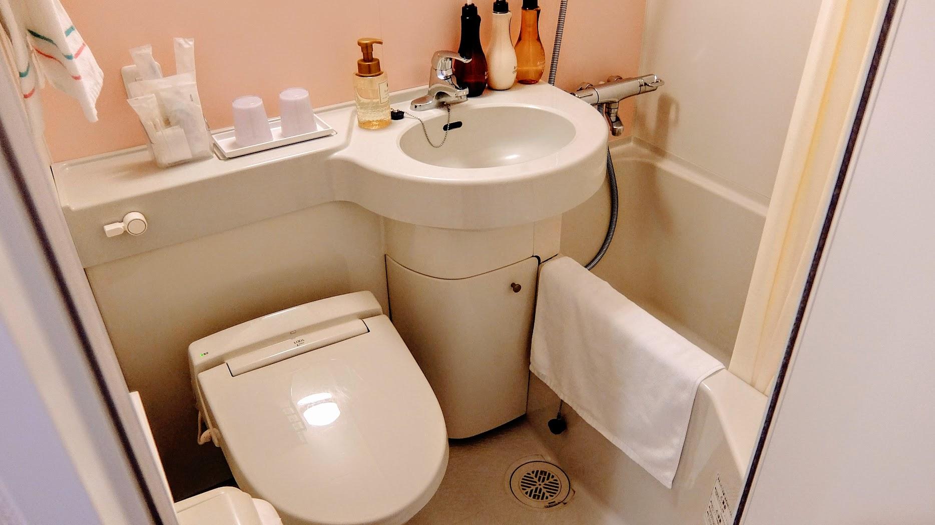 浴室就這樣,不大,剛好進去就塞滿了XDD