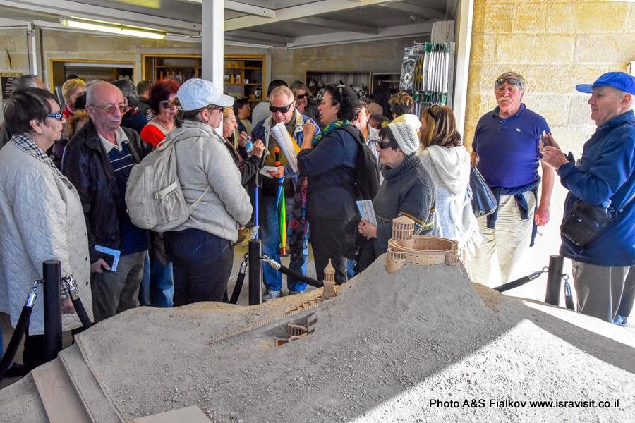 Экскурсия гида в Израиле Светланы Фиалковой у макета дворца и крепости царя Ирода в Иродионе.