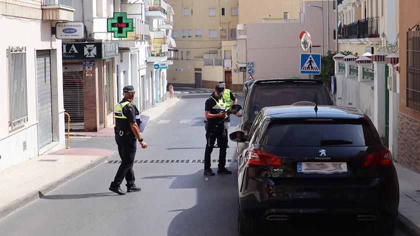Policías realizan un control de alcoholemia