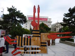 Photo: Rou3S104-151001Bucarest, place Révolution, sculpture hommage aux révolutionnaires morts P1030480