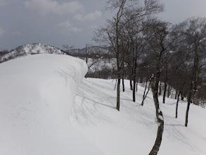 稜線沿いは雪庇が育ち