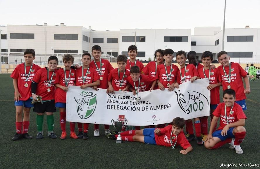 Campeones de Almería con la Copa.