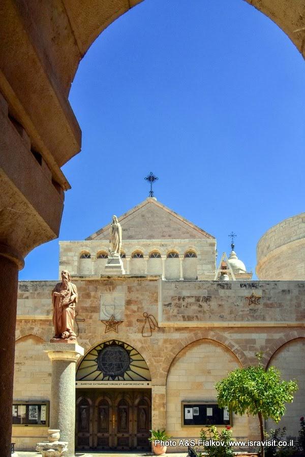 Церковь Святой Екатерины. Перед входом в церковь - статуя Святого Иоранима. Экскурсия в Вифлеем.