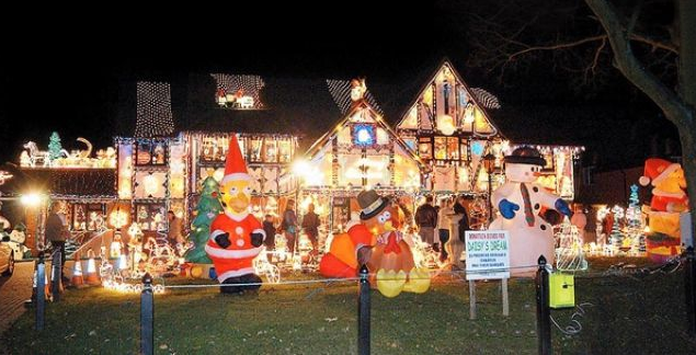 10 Houses That Christmas Threw Up On