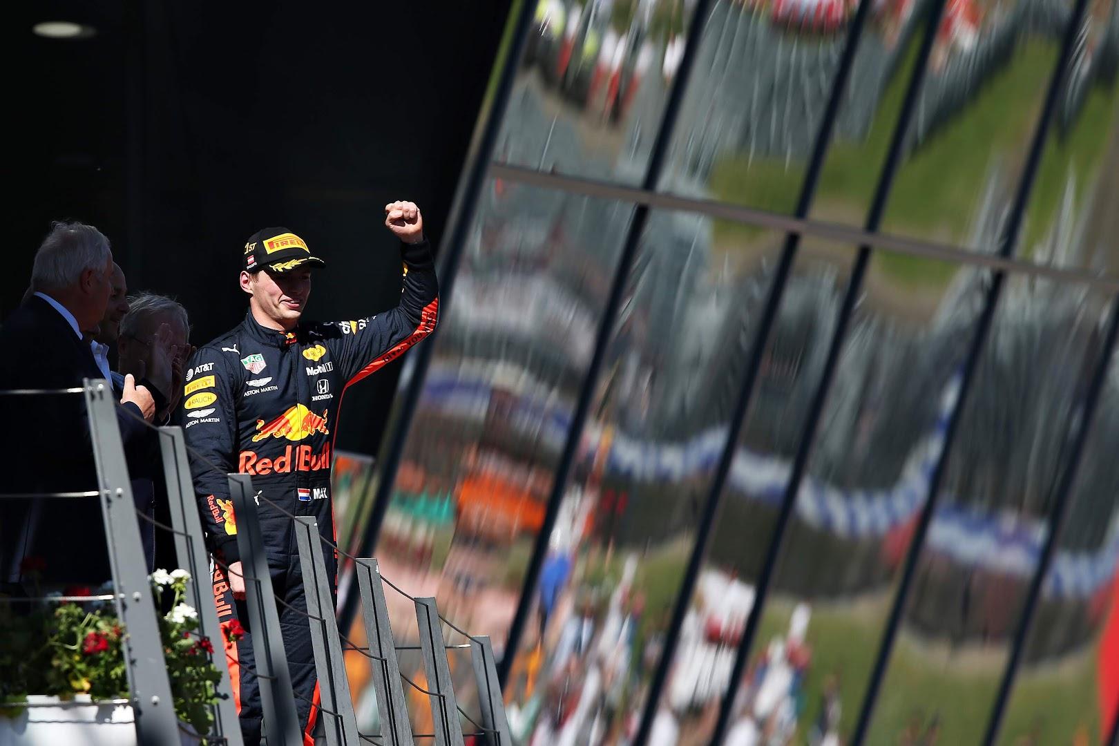F1第9戦オーストリアGP表彰台にウィナーとして登場したフェルスタッペン
