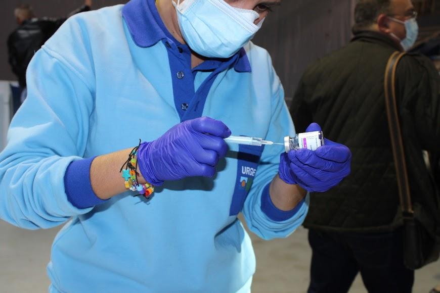 Cargando las jeringas con la dosis indicada.