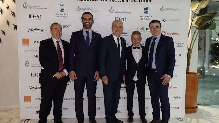El galardonado, Antonio Domene (derecha), junto a los alcaldes de Almería y Málaga, el decano del COIT y el presidente de AITA