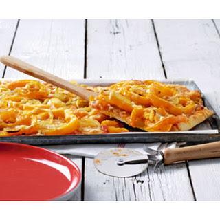 Plaatpizza Met Geschaafde Kaas, Gebroken Paprika En Rozijnen