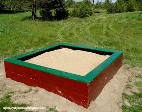 Photo: Piaskownica dla dzieci. Stoi przy trampolinie
