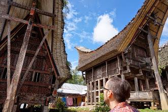 Photo: Palawa´ Tana Toraja (Sulawesi)  Es un pueblo tradicional con 11 casas y 15 graneros tradicionales, ordenados en dos líneas paralelas orientados de este a oeste. Las casas están orientadas al norte, mientras que los graneros están orientados al sur. La entrada está situada en la parte oeste del pueblo.  Domingo 22 de marzo de 2015