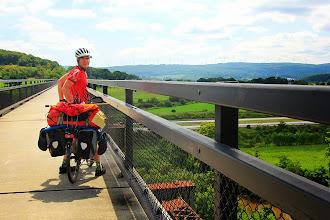Photo: La piste cyclable suit l'ancien tracé du chemin de fer. Ici, nous sommes sur une spectaculaire passerelle surplombant une vallée.