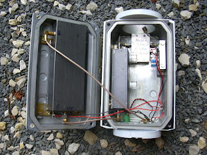 Photo: Été 2007. Intégration de la partie haute de la balise dans son boîtier. Dans le couvercle, le multiplicateur par 24 (réalisation F6DRO). Dans le boîtier, le multiplicateur x 4 (réalisation F6DRO), le PA 2W et son circuit d'alimentation.