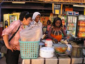 Photo: Stragan na ulicy na przedmieściach Dakaru z sandwichami - oczywiście kupujemy
