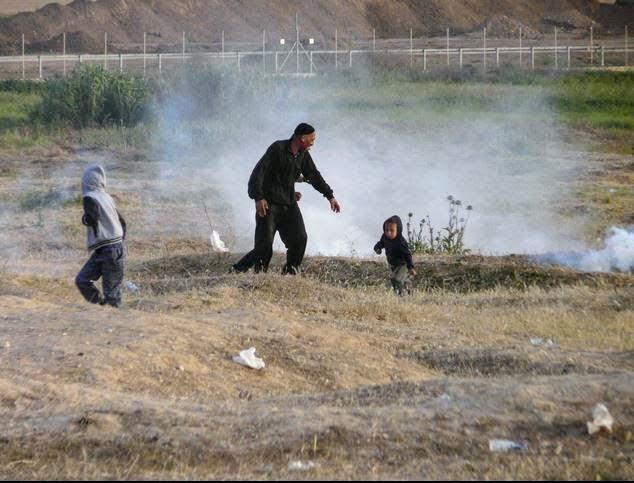 bimbi e madre sotto i lacrimogeni