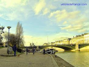 Photo: La balade continue sur les berges de la Seine et ses ponts aux différentes personnalités -e-guide balade à vélo de Bercy Village à Notre-Dame par veloiledefrance.com