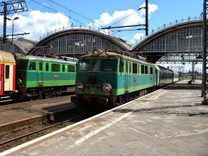Photo: Wrocław Główny: EU07-225 z dwoma wagonami klasy drugiej jako 6720 Szczeliniec z Kudowy Zdrój do Poznania Głównego