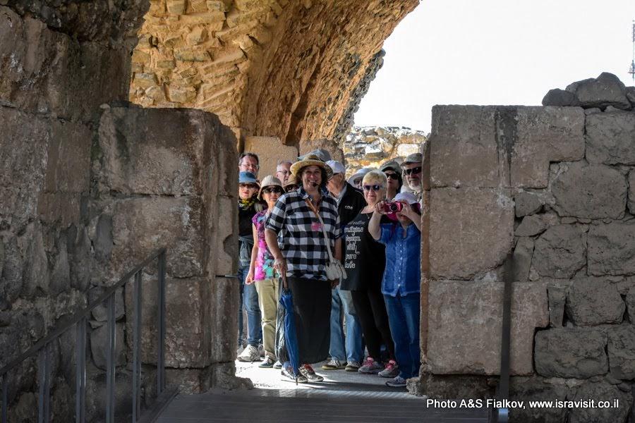 Гид в Израиле Светлана Фиалкова проводит экскурсию в крепости крестоносцев Кохав а-Ярден - Звезла Ярдена.