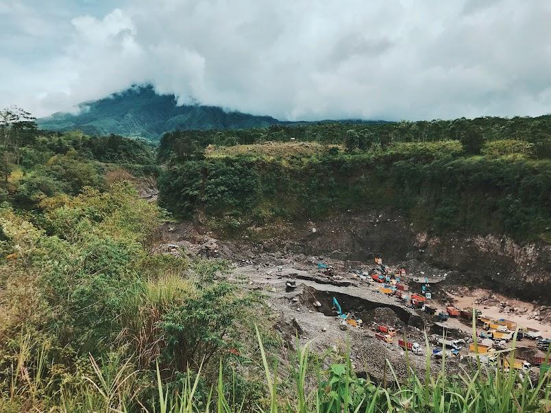 Penambangan pasir di lereng Gunung Merapi