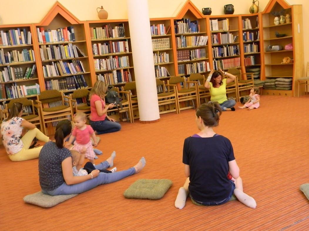Kisbabák a könyvtárban