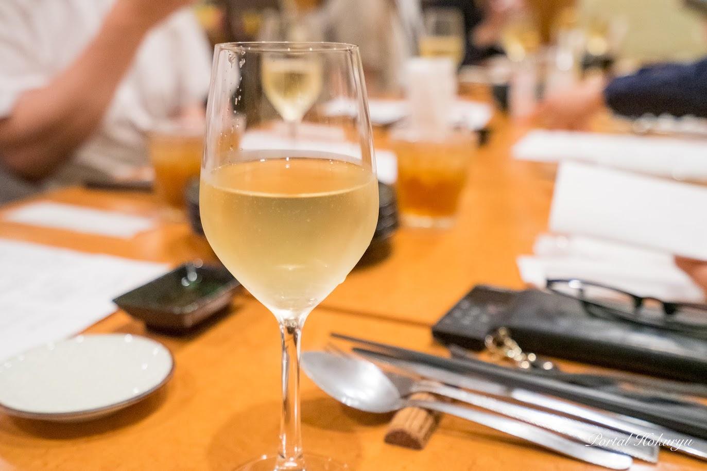 白ワイン、赤ワインもついています
