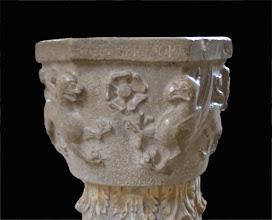 Photo: Vasca battesimale con inciso il nome del probabile offerente e la data (Bartolomeo Gieso, 1229)