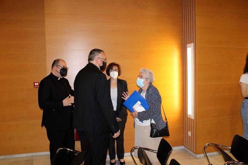 El obispo coadjutor junto a la canciller saliente y el entrante.