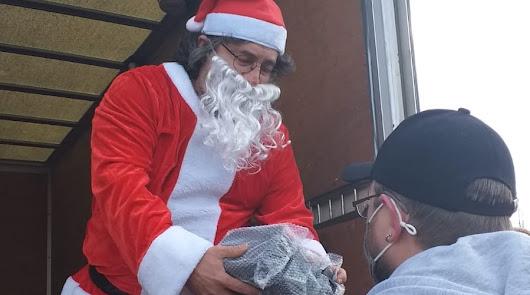 Un Papá Noel de La Mojonera reparte regalos a los camioneros varados en Alemania