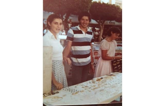 Juan y Jaly, en los años 70, vendiendo bisutería junto a Marín Rosa.