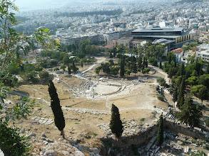 Photo: Le Théâtre de Dionysos et le nouveau Musée de l'Acropole